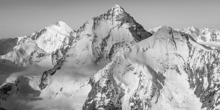 Panorama d'un paysage de montagne en noir et blanc du val d'Anniviers - Dent Blanche et Grand Cornier. - Crans Montana