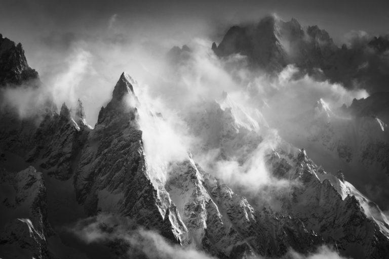 Photo montagne chamonix - Peuterey - Aiguille Verte dans une mer de nuage et de brouillard en montagne