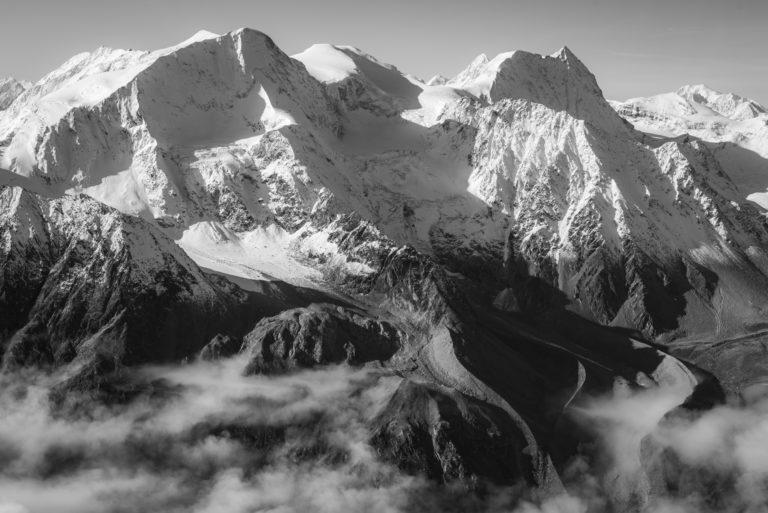 Pigne - Cheillon - Mont Blanc - Photo de sommets de montagne enneigés en noir et blanc sous le soleil dans les alpes Valaisannes de SUisse