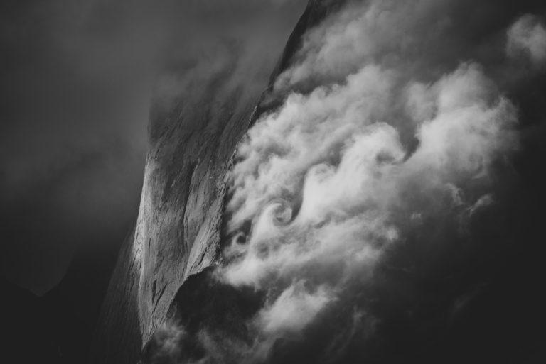 photo panorama mont blanc Piz Badile courmayeur - Mer de nuage et brouillard de montagne en noir et blanc dans les Alpes