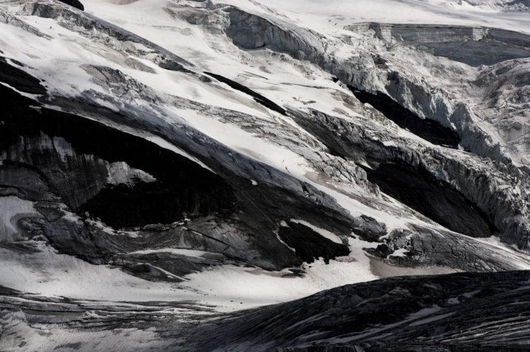 Image d'un paysage de montagnes rocheuses et d'un glacier des Alpes Valaisannes en noir et blanc - Séracs du Grand Combin sous la neige en suisse