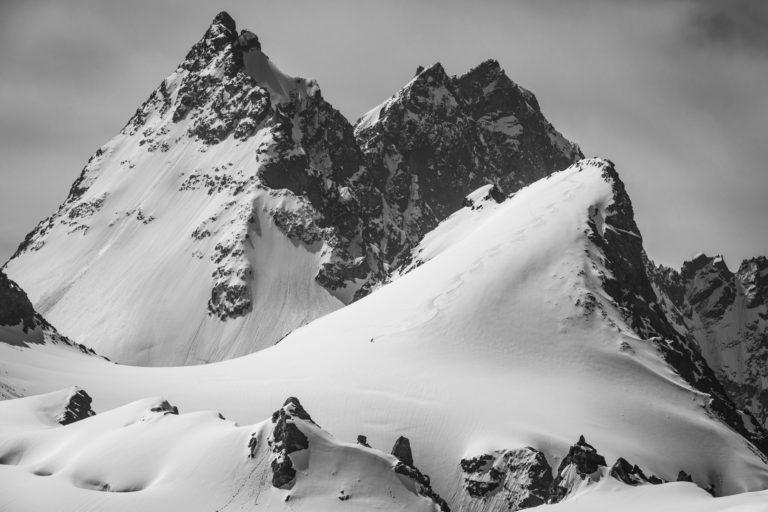image d un paysage de montagne en noir et blanc - Bouquetins, Dents de Bertol - Aiguille de la Tsa - Veisivi
