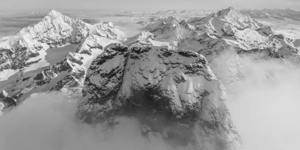 Panorama des sommets des montagnes suisses et du Mont Cervin dans les nuages
