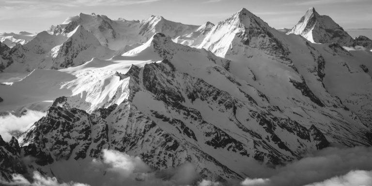 Photo noir et blanc des sommets des hautes montagne du Val d'Hérens - Val d'anniviers - Zermatt dans Alpes Suisses