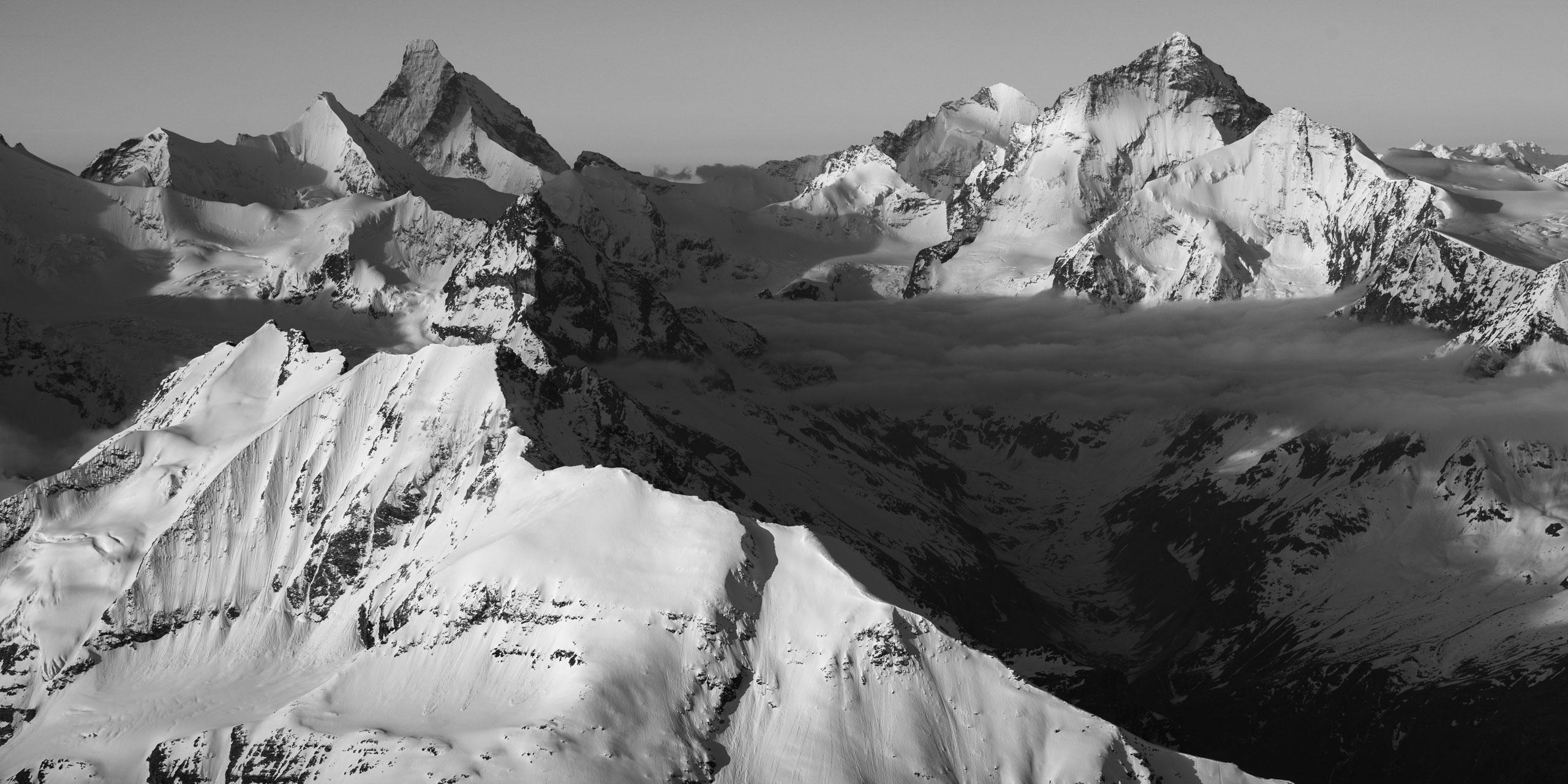 Val d'Anniviers -encadrement photo pour décoration de chalet - Vue panoramique d'une photo d'un paysage de montagne en noir et blanc