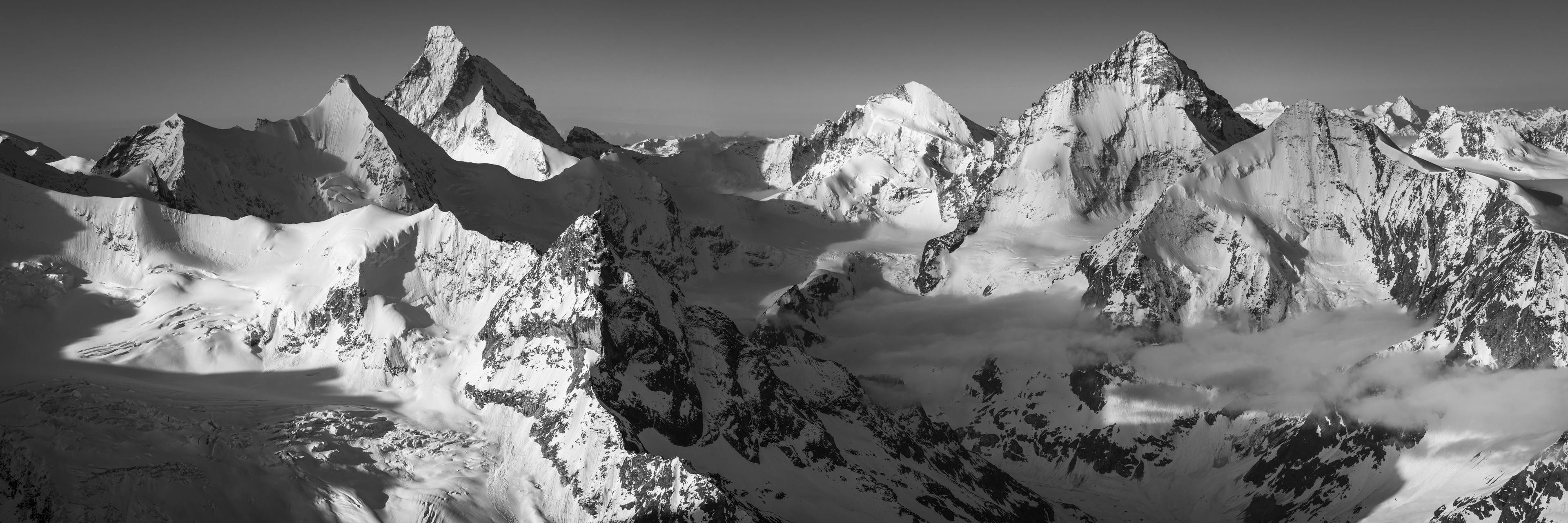 Val d'Anniviers - photo panoramique des montagnes Suisses rocheuse dans les Alpes noir et blanc