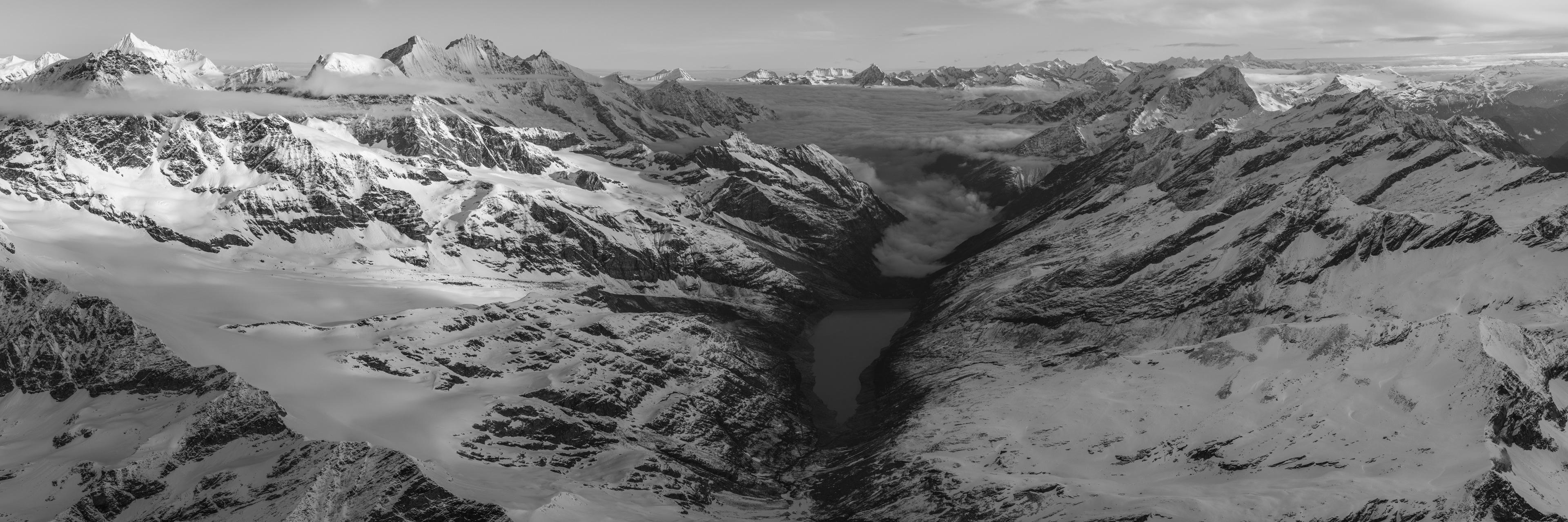 Panorama noir et blanc des Alpes du Nord et des montagnes suisses de saas fee