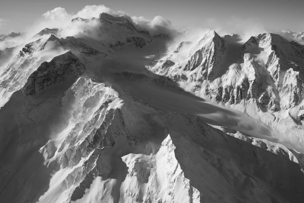 Vallée des Combins - image lever de soleil montagne et paysage montagne noir et blanc - massif montagne des Alpes Suisses