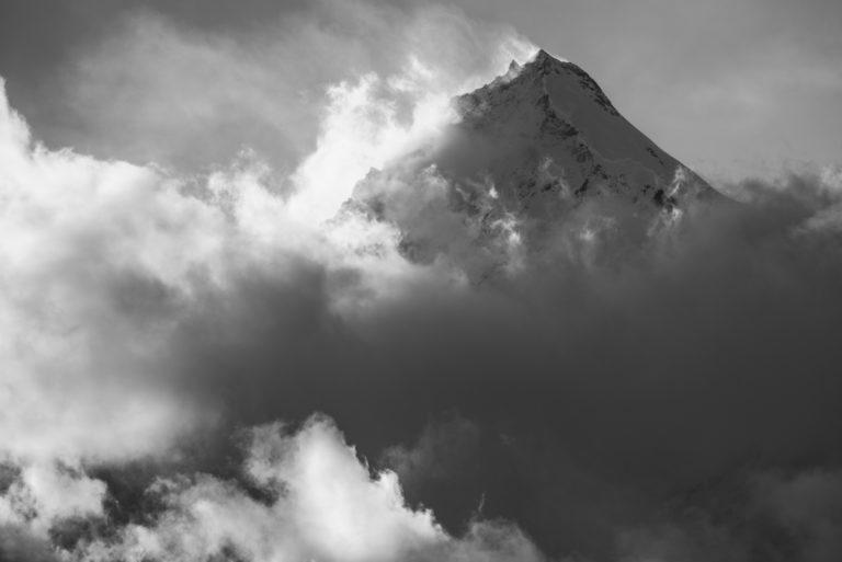 Weisshorn - Sommet de montagne rocheuse dans les Alpes Suisses de la vallée de Zermatt dans une mer de nuages