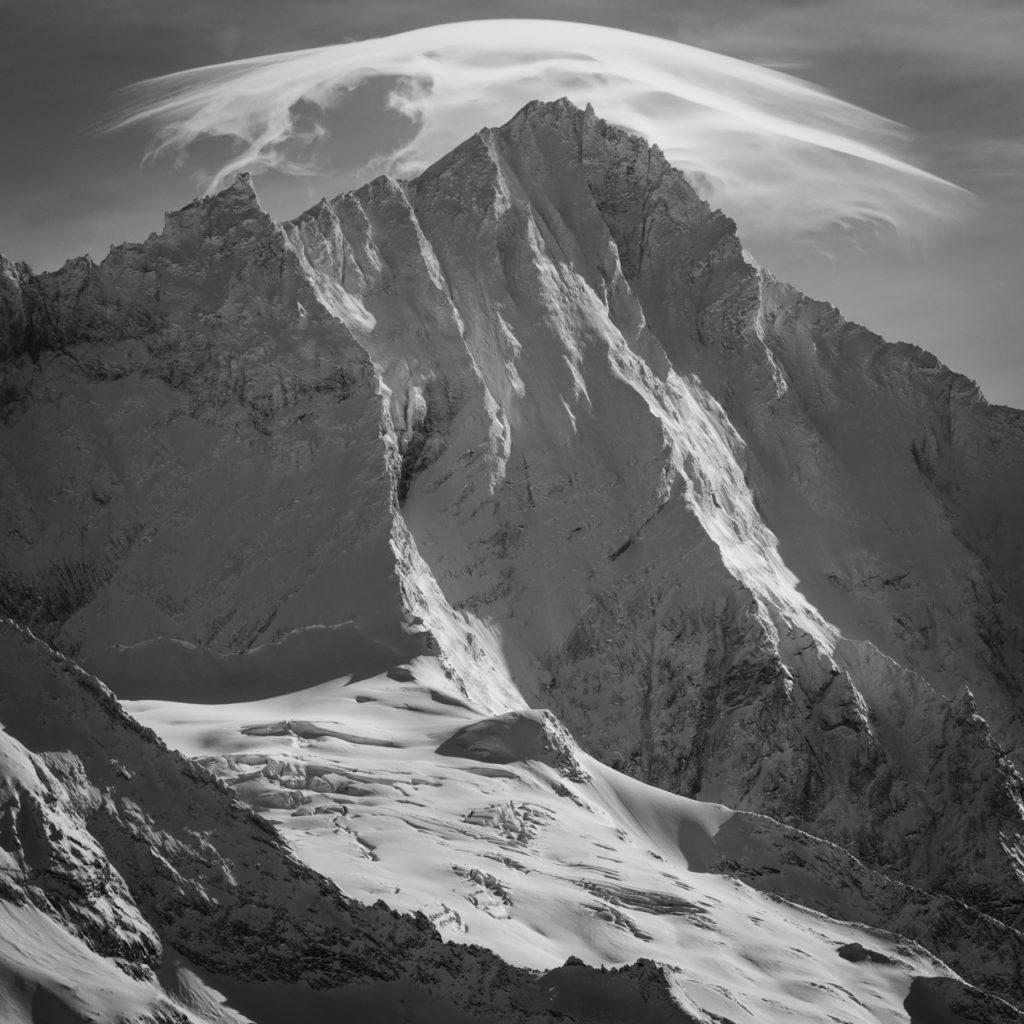 Weisshorn noir et blanc - Photo Crans Montana et Val d'anniviers sous un nuage lenticulaire