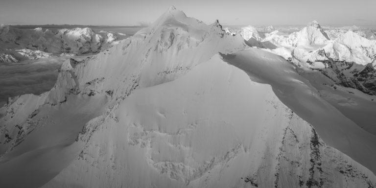 image panoramique de montagne en noir et blanc des alpes valaisannes - Weisshorn - Bishorn face Nord - Dent Blanche et Breithorn