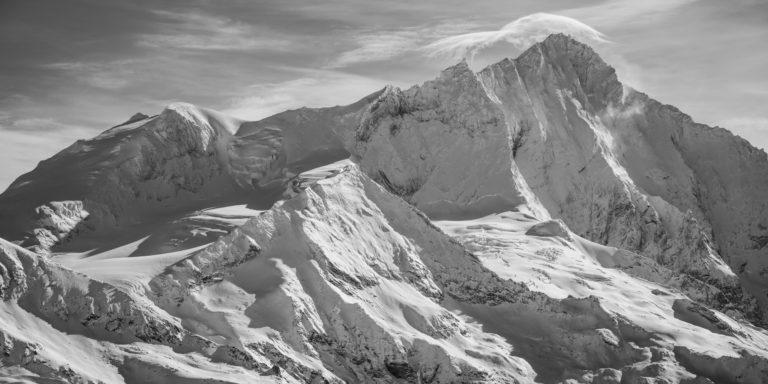 Panorama noir et blanc des sommets de montagnes rocheuses du Weisshorn depuis Grimentz dans les Alpes Valaisannes de Crans Montana