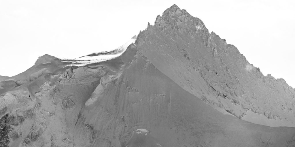 Vue panoramique noir et blanc du sommet de la montagne Zinalrothorn Crans Montana dans les Alpes Valaisannes de Suisse