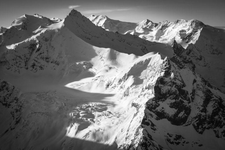 Zinalrothorn - Paysage de montagne en neiges ous les rayons de soleil qui illumine la montagne rocheuse de Suisse vers Crans Montana
