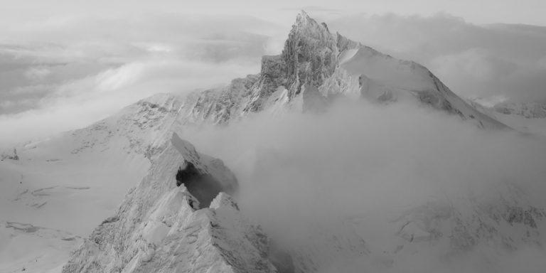 Encadrement photo panoramique noir et blanc du Zinalrothorn et du Schalihorn dans les montagnes Suisses