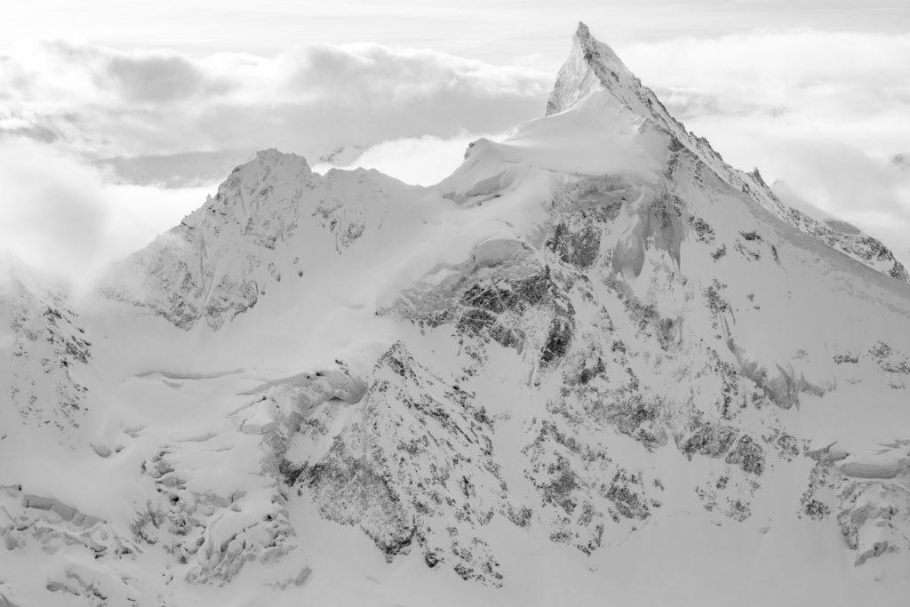 Zinalrothorn - montagne suisse - Photo de paysage des montagnes suisses en noir et blanc