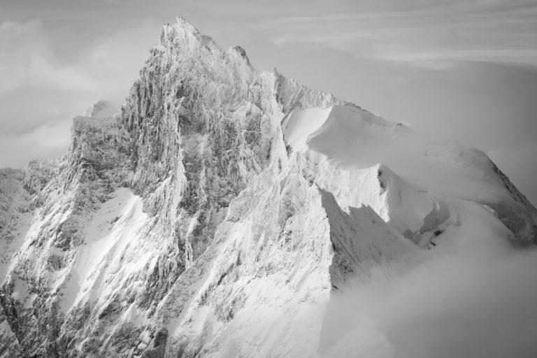 image paysage de montagne - le Zinalrothorn dans les nuages et le brouillard