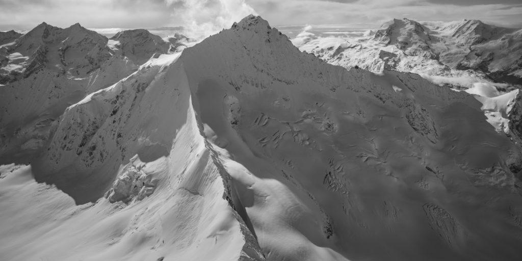 Zinalrothorn - Vue aérienne noir et blanc au sommet de la montagne de Crans Montana
