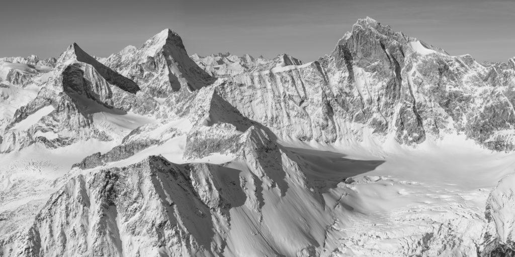 Vue panoramique de montagne en noir et blanc - Vue sur le Zinalrothorn, Obergabelhorn et Dent Blanche.