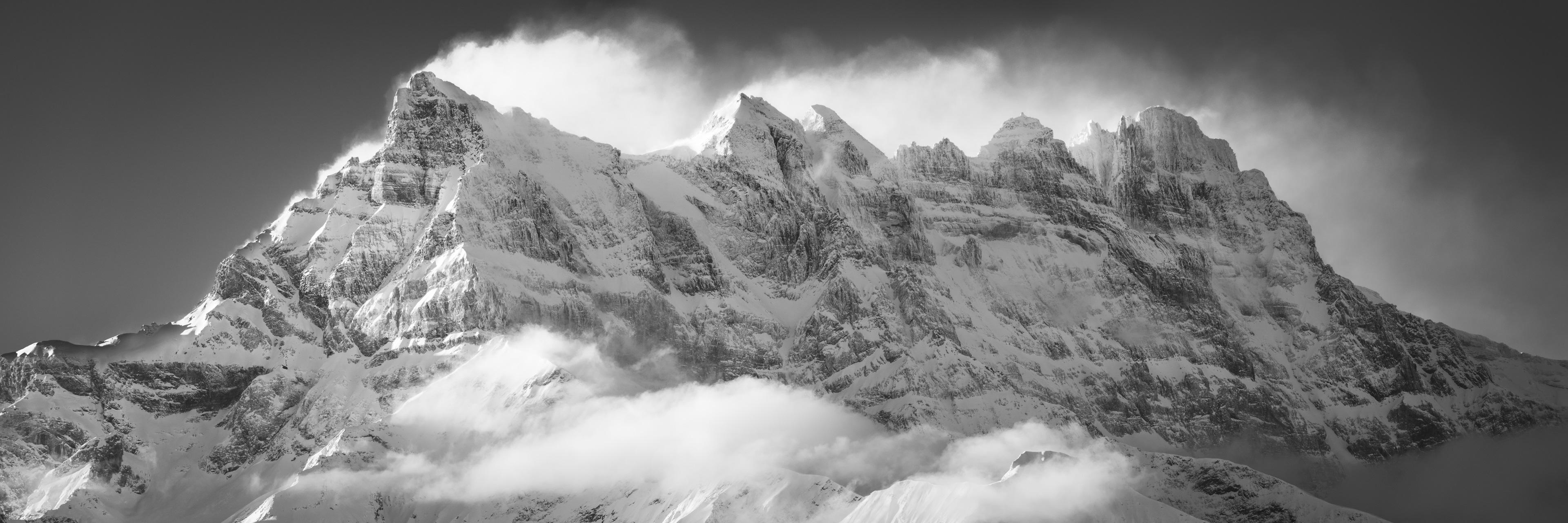 Panorama de montagne enneigée de la Dent Blanche en noir et blanc lors d'un lever de soleil sur ce massif des Alpes en Suisse