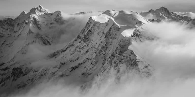 alpes bernoises panorama : photo panoramique noir et blanc des montagnes suisses