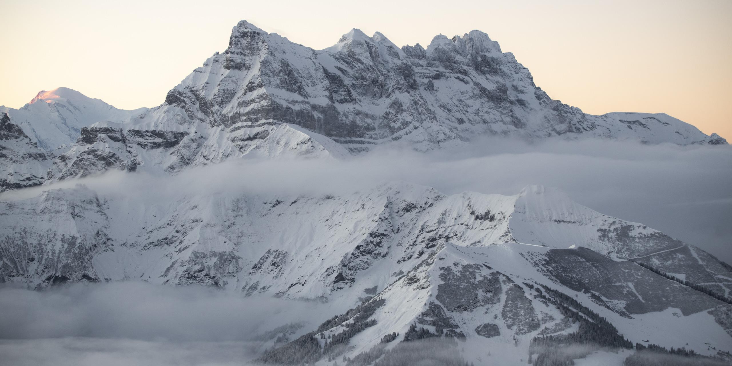 Photographie panoramique des Dents du Midi. Lever de soleil hivernal sur les Dents du midi.