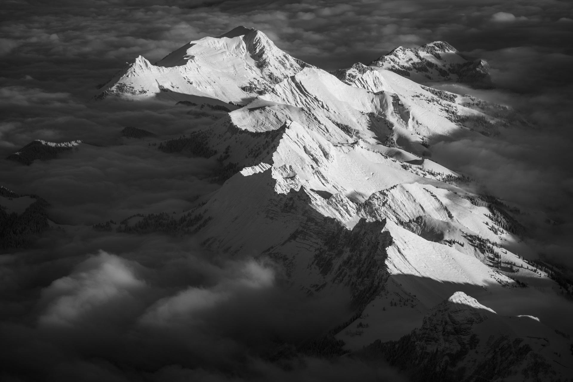 Photographie de montagne noir et blanc du Moléson - Photo montagne Gruyère - Photo aérienne crête de Vanils Moléson