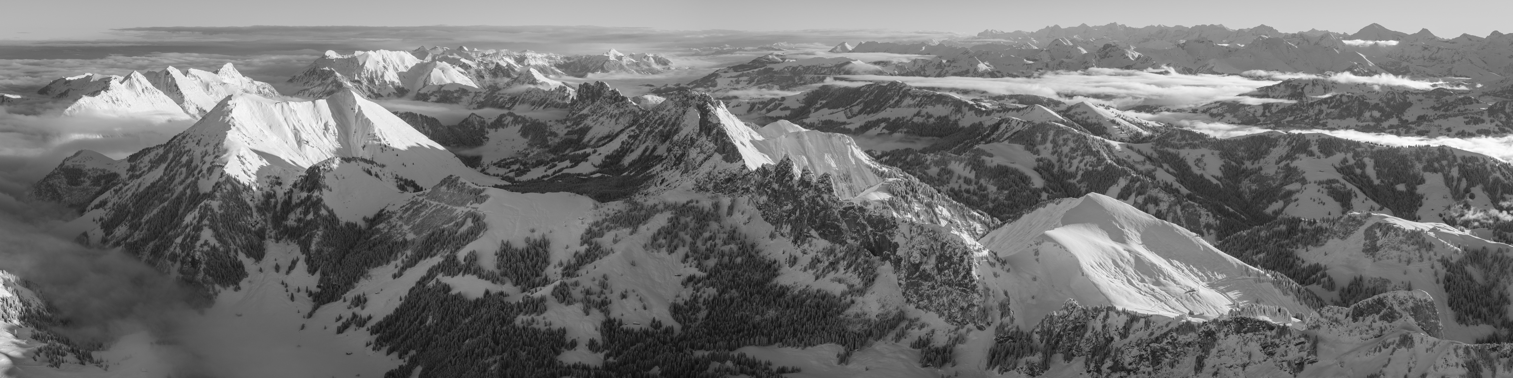 Panorama hivernal sur les préalpes fribourgeoises - Vue sur les montagnes des préalpes fribourgeoises enneigées