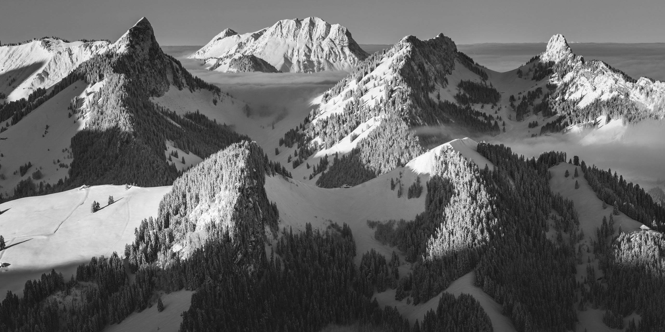 Panaorama noir et blanc des alpes fribourgeoises - Sommets Fribourgeois Dent du Broc Dent du Chamois Dent du Bourgo et le Moleson