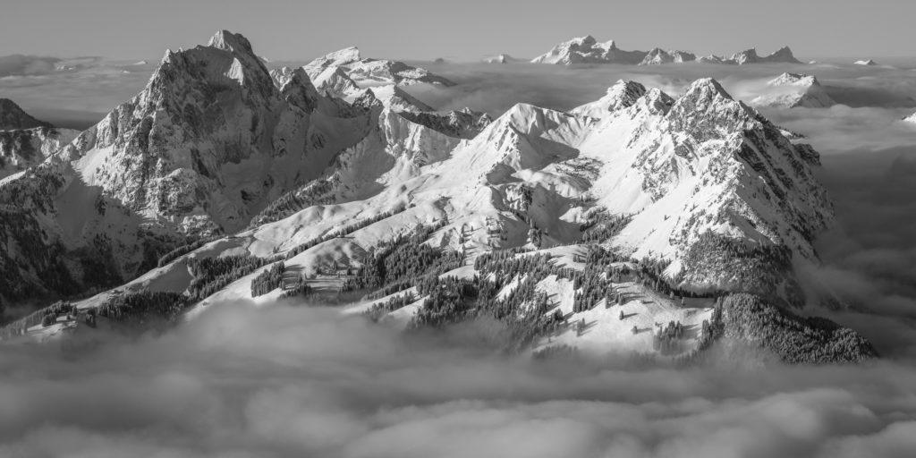 Photo de la Videmanette à Gstaad - Vue sur la Videmanette, le Rubli et le Gummfluh les sommets caractéristiques de Gstaad - Belles montagnes Gstaad