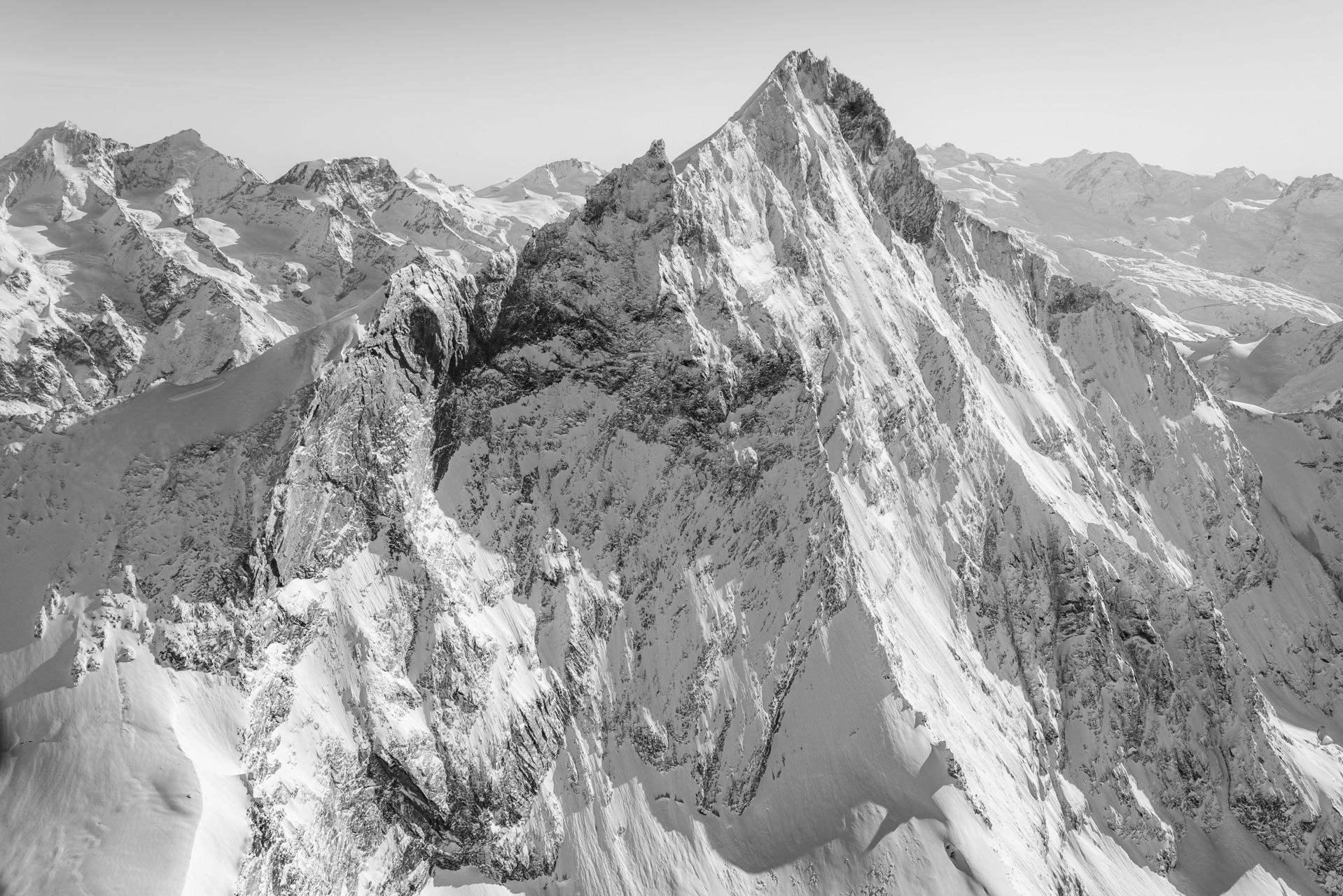 Belle photo montagne noir et blanc du Weisshorn - Vue sur la face Ouest du Weisshorn après une tempète hivernale