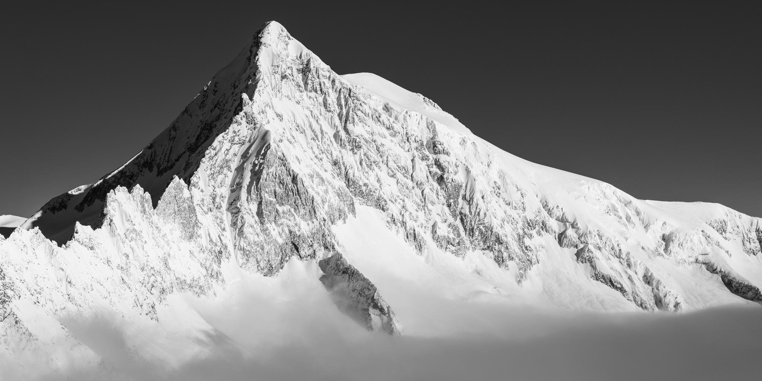Photographie montagne noir et blanc Aletschhorn- Sommet qui sort de la mer de nuages