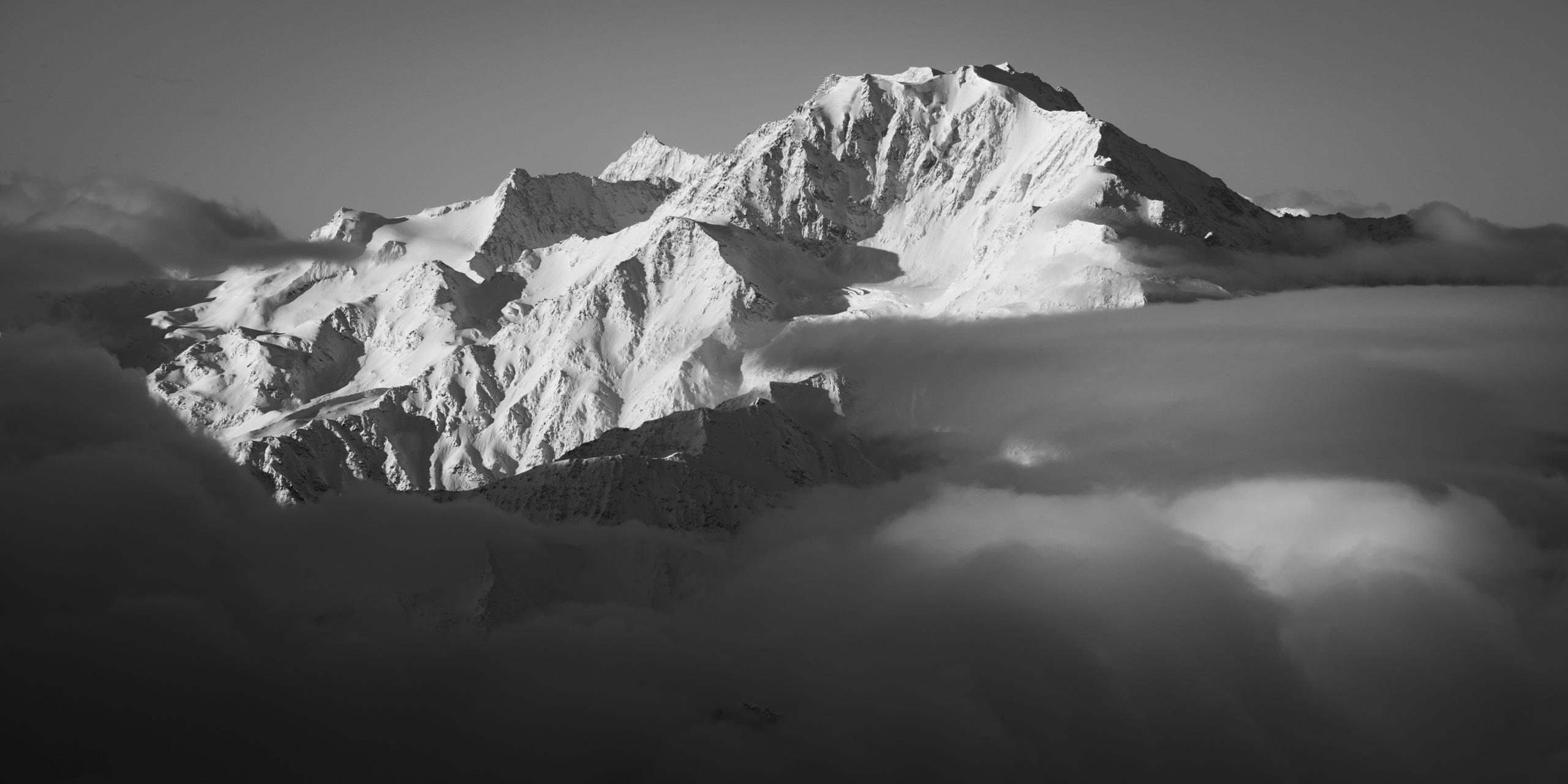 Photographie du Fletschhorn - Glaciers suspendus du Fletschorn - Montagne de Saas-Fee noir et blanc - Fletschorn face Est vu depuis la région d'Aletsch