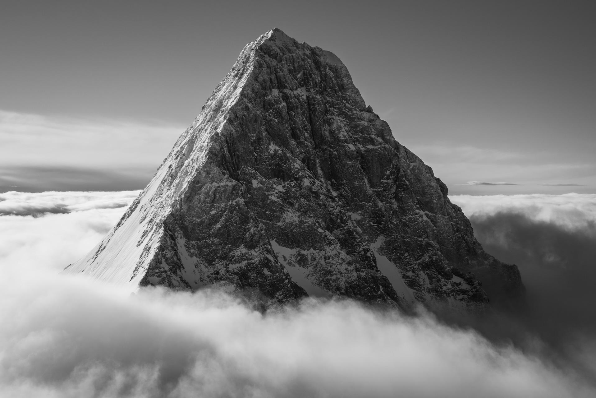 Photographie du Schreckhorn - Vue sur un des géants de Grindelwald, le Schreckhorn - Portrait du sommet sortant de la mer de nuages.