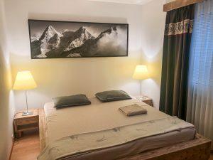 photo montagne au dessus lit
